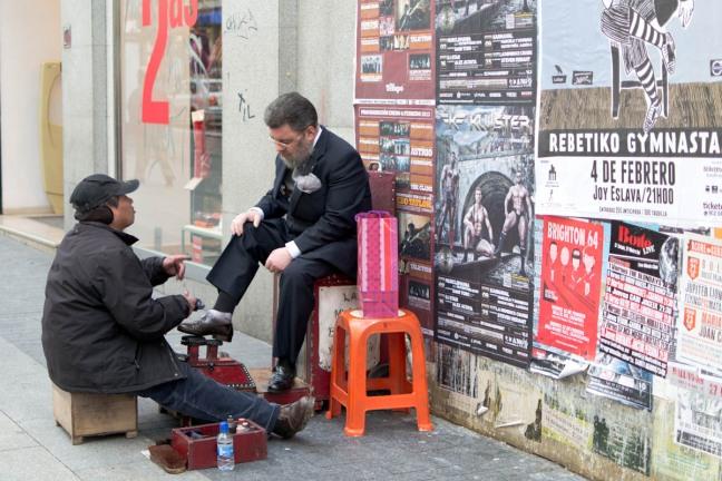 street style madrid shoe polisher